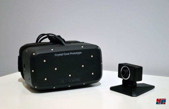 """<b>Crystal Cove</b><br><br>Auf der CES wurde schließlich ein neuer Prototyp von Oculus Rift vorgestellt: """"Crystal Cove"""" nutzt einen leuchtstarken OLED-Schirm, welcher die Latenz auf 30 Millisekunden senkt. Dank der 1080p-Auflösung hat man außerdem kein grobes Pixelraster mehr vor Augen. Beim Vorgänger erinnerten die großen Bildpunkte noch an einen Blick durchs Fliegengitter. Auch das Headtracking wurde mit einer beiliegenden Kamera verbessert. Sie verfolgt die weißen Punkte auf der Brille und bestimmt die Position des Kopfes im Raum - vergleichbar mit dem Prinzip von PlayStation Move. Wann genau die finale Version erscheint, ist noch nicht klar; momentan wird grob das Weihnachtsgeschäft 2014 angepeilt."""