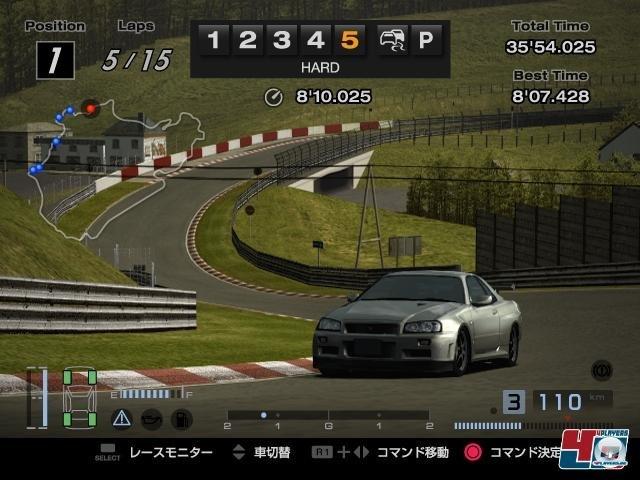 <b>Gran Turismo 4 (2005, PlayStation 2)</b><br><br> Was lange währt, wird endlich gut? Auch im vierten Teil wurde der Kreislauf aus Tuning, immer anspruchsvolleren Rennveranstaltungen, dem herrlich realistischen Fahrgefühl und PS-starken Rennmaschinen zu einer wahren Sucht. Diesmal inklusive der rekordverdächtigen Zahl von 700 Autos und 50 Strecken, darunter die Nordschleife. In anderen Bereichen zogen Konkurrenten wie Project Gotham Racing 2 aber vorbei: Vor allem die mitunter stur auf der Ideallinie fahrenden Gegner und der fehlende Online-Modus wirkten nicht mehr zeitgemäß. 92460761
