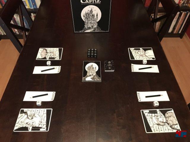 Bis zu vier Spieler müssen gemeinsam aus der düsteren Festung fliehen. Der Spielaufbau ist ebenso flott wie das Regelwerk schlank ist.