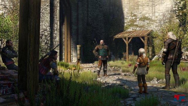 Geralt und Vesemir trainieren mit der jungen Cirilla im Hof von Kaer Morhen.