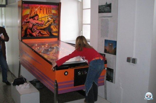 <b>Shoot Again: Flippermuseum Ruhr</b> <br><br> Auch ein paar Flippertisch-Sammler aus dem Ruhrpott wollen die Gunst der Stunde nutzen: Wer jetzt Geld beisteuert, kann den Aufbau einer neuen Ausstellung in Essen unterstützen. Auf dem Bild zu sehen ist das Prunkstück der Sammlung: Hercules, der größte Serienflipper der Welt. Wie viel Spaß solch ein Arcade-Museum zum Anfassen macht, seht ihr übrigens in unserer Bilderserie zum ähnlich gestrickten Flippermuseum Schwerin. 2341507