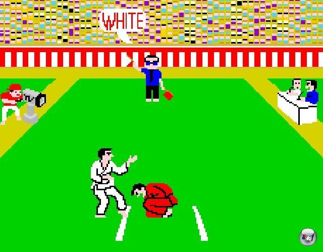 Im selben Jahr veröffentlichte Data East den Titel Karate Champ, der einen anderen Ansatz verfolgt: Statt sich hier scrollend mit hunderten Gegnern anzulegen, hatte Spieler immer nur einen. Das Ganze war der Beginn des klassischen mano a mano, des einfachen Zweikampfs. Karate Champ war außerdem insofern innovativ, als dass die wenigen Schläge und Tritte nicht mit Knöpfen, sondern mittels zweier Joysticks ausgelöst wurden. Falls sich das einer nicht vorstellen kann: Guckt einfach den Film »Bloodsport« an - Jean-Claude van Damme spielt da kurz Karate Champ. Äh. Sowohl Game als auch Person. 1911893