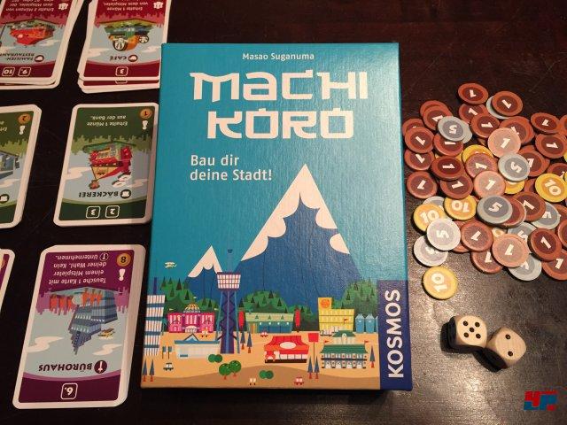 Machi Koro ist 2012 in Japan und 2015 auf deutsch bei Kosmos erschienen. Es kostet knapp 13 Euro und ist für zwei bis vier Spieler ausgelegt.