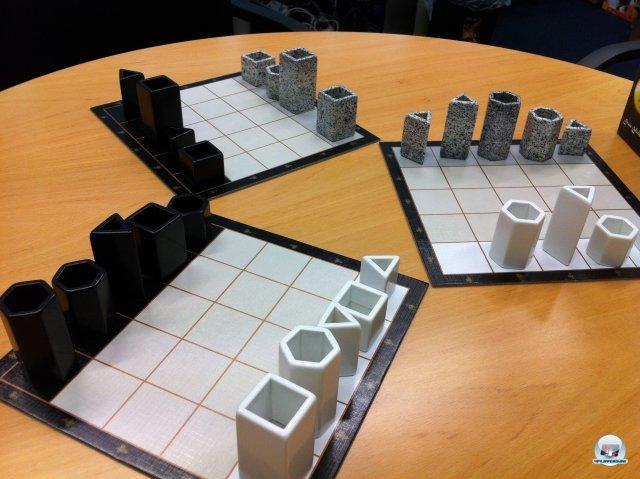 Drei Spieler treten mit neun Türmen auf jeweils zwei getrennten Feldern gegeneinander an.
