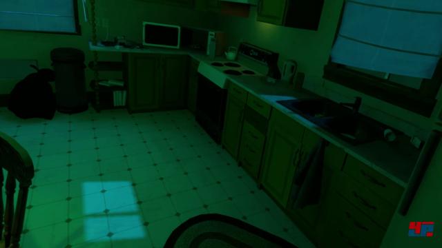 Als Schauplatz dient ein Familienhaus: Man bewegt sich langsam durch spärlich beleuchtete Räume.