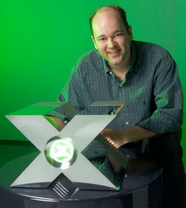 <b>Das Erbe der Dreamcast</b> <br><br> Ein Grund für die Entwicklung der Xbox war das Scheitern von Segas letzter Konsole Dreamcast. Als PlayStation, N64 & Co immer mehr Marktanteile an sich rissen, wollte Microsoft auch ein Stück vom Kuchen. Zur Dreamcast steuerte Microsoft das Betriebssystem Windows CE bei, danach startete die Entwicklung einer eigenen Konsole mit DirectX-Unterstützung. Daher stammt auch der Projektname Xbox, welcher nach positiven Umfragen einfach fürs Endprodukt übernommen wurde. Auf dem Bild sieht man Chef-Technologen J. Allard neben dem futuristisch geformten Prototyp. 2328622