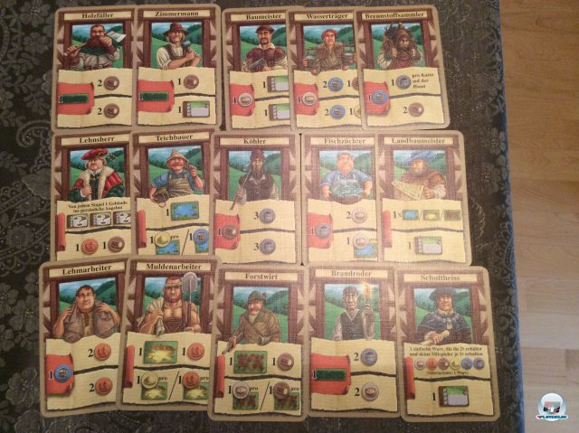 Jeder Spieler hat fünfzehn Karten, die jeweils andere Berufe darstellen. Man wählt vor jeder Runde fünf aus und kann dann Aktionen wie Ernte oder Bau einleiten.