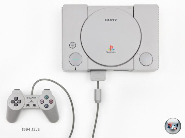 <br><br>Im Jahre 1994 war man bei Sega nervös: Präsident Hayao Nakayama sorgte dafür, dass die Entwicklungsabteilung, die gerade an der frischen 32Bit-Konsole Saturn werkelte, doppelt so hart wie bisher arbeitete - er hatte Sonys Systemspezifikationen für die PlayStation gesehen. Ein Resultat der Aktion war, dass der ursprünglich für Mitte 1995 geplante Launch der Saturn auf den November 1994 vorverlegt wurde, nur damit man noch vor der PlayStation auf den Markt kommt. Der Plan ging auf, Saturn hatte knapp zwei Wochen Vorlauf. Aber am 3. Dezember 1994 konnte das Campen vor den Elektronikläden aufhören, die PlayStation ging für 39.800 Yen (heute etwa 320 Euro) in den Handel. Europa und die USA kamen erst im Herbst 1995 in den Genuss der Konsole; in den USA kostete sie 299 Dollar, bei uns knapp 800 D-Mark. Soll mal einer behaupten, es hätte damals kein garstiges Preisgefälle gegeben... 2046538