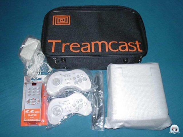 <b>Treamcast</b><br><br> Sogar weniger erfolgreiche Konsolen wie der Dreamcast wurden kopiert. Der abgebildete Treamcast war aber ein Sonderfall: Im Gehäuse steckte keine Billig-Hardware. Stattdessen konnte er originale Dreamcast-Spiele aus aller Welt, mp3s und Video-CDs abspielen. Außerdem war in der oberen Gehäuseklappe ein kleiner LCD-Screen eingebaut, welcher den Bildschirm-Aufsatz der PSone nachahmte. 2376567