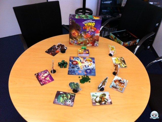 Neben dem Spielplan, sechs Monsterfiguren (aus Pappe in Plastikhaltern) und ihren Anzeigern sind 66 Karten, 28 Chips, acht Würfel und zig Energiebrocken dabei.