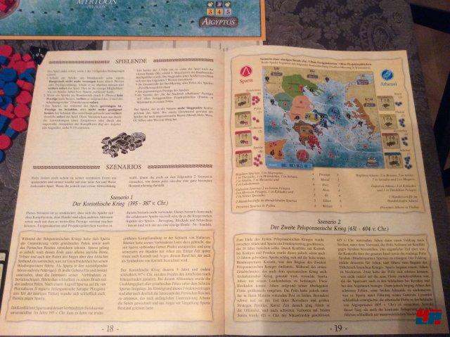 Polis ist komplett auf Deutsch bei Pegasus erschienen. Es ist für zwei Spieler konzipiert und kostet knapp 30 Euro.