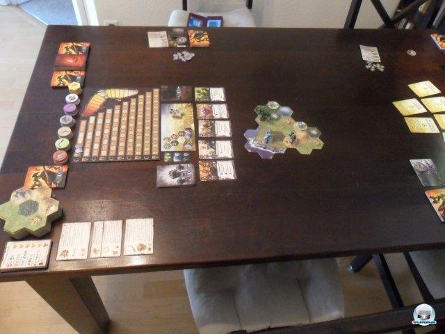 Man braucht einen gro�en Tisch, denn das modulare Spielfeld w�chst immer weiter. Au�erdem verschlingen Ruhm- und Ansehenleiste sowie Kartenauslagen jede Menge Platz.