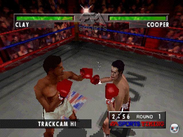 <b>Foes of Ali</b><br><br>Das 3DO ward nicht unter dem besten Stern geboren, aber nichtsdestotrotz gab es auf dem Kasten einige sehr gute und wichtige Spiele. Von Super Wing Commander mal abgesehen, dürfte auch das weniger bekannte Foes of Ali (1995) dazu zählen: Im Klopper von EA Sports übernahm man die Rolle von Muhammad Ali und prügelte sich durch seine bewegte Karriere - wobei es zu jedem Kämpfer und Kampf ein paar Hintergrundinformationen gab. Das Ganze fand in einer komplett texturierten 3D-Arena statt, speziell die Figuren waren ihren Echtwelt-Ebenbildern nachgeformt. Als Besonderheit veränderte sich die Gesichtstextur mit jedem Schlag, zeigt Blut und Trefferspuren, so dass man schon optisch erkennen konnte, wie kaputt der Gegner bereits war. Außerdem gab es eine Ego-Perspektive mit hochdramatischem Motion Blur, wenn man selbst erwischt wurde - und man konnte die Menge des verspritzten Blutes auf Mortal Kombat-kompatible Mengen schrauben. 2203899