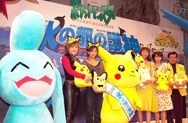 Die japanischen Pokemon-Sprecher mit den Figuren aus dem Vorfilm von Pokemon 4.