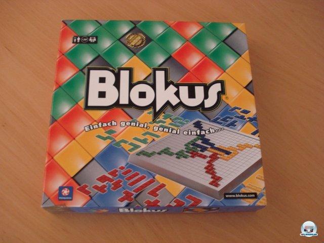 Blokus ist erstmals im Jahr 2000 erschienen, wird aktuell bei Piatnik vertrieben und kostet knapp 30 Euro.