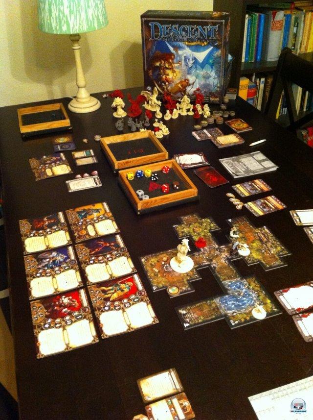 Man braucht viel Platz: Ein Spieler übernimmt den Overlord samt Monstern, bis zu vier andere schlüpfen in Heldenrollen.