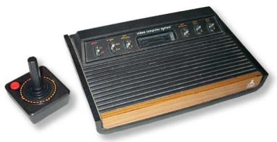 """Aber was wäre Atari ohne seine erste echte Konsole? 1977 feierte der Atari 2600 Premiere (übrigens lange vor der PlaySation 3 das erste """"Video Computer System"""") und endlich konnte man Pong zur Seite legen, mit zwei Mann zu den Steuerungsknüppeln greifen und sich anderen Titeln widmen: Mehr als 1200 Module sind bis heute erschienen. Pac-Man, Pitfall, Defender, Centipede! Welche habt ihr gespielt? Vielleicht… 1710561"""