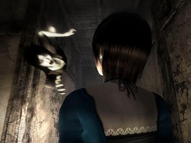Project Zero<br><br>Noch einmal Japan-Horror, der nie packender inszeniert wurde als in jener Serie, deren vierten Teil Nintendo ausschließlich in Japan veröffentlichte. Zero oder Fatal Frame, wie es im Original bzw. in Nordamerika heißt, verlässt sich nicht auf die herkömmliche Hier-bin-ich-also-erschrick-dich-Dramaturgie, sondern reizt die Erwartungshaltung: Man hat Angst vor den geisterhaften Gesichtern verunstalteter Toter, wird aber gleichzeitig gezwungen, auf sie zuzugehen. Brrrrr! Symbolisch dafür eine Szene der dritten Episode, als immer wieder ein totes Mädchen im Haus der Protagonistin zu sehen ist. Kurz vor Schluss hockt die Kleine unter dem Schreibtisch – bis sie auf einmal rasend schnell auf die Heldin zu kriecht. Yikes, geh weg, du! 2134628