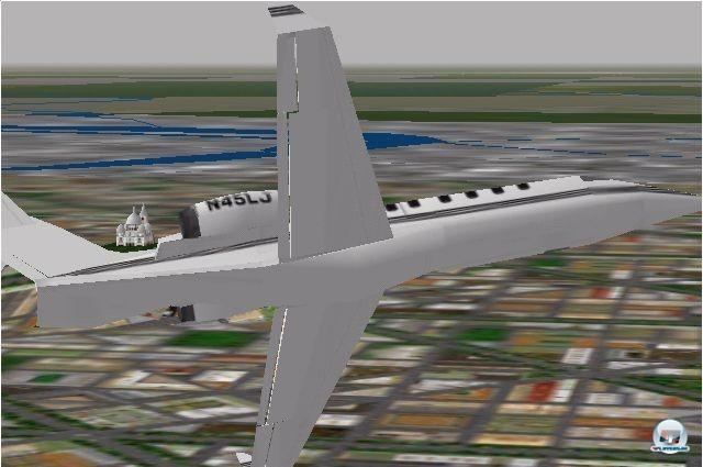 <b>Microsoft Flight Simulator 98</b> <br><br>  Im Jahr 1998 sagte Microsoft unsch�nen Monsterpixeln den Kampf an: Dank der neuen 3D-Beschleunigerkarten wie der 3DFX Voodoo und DirectX-Unterst�tzung wurden die Umgebungstexturen von nun an gefiltert. Es kamen Hubschrauber und ein Netzwerk-Multiplayer hinzu. Des Weiteren befl�gelte Microsoft das Erstellen von Szenarien durch die Ver�ffentlichung eines Software-Development-Kits. 2241058