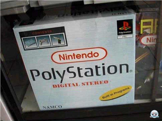 <b>Nintendo PolyStation</b><br><br> Je mehr desto besser: Laut Aufdruck wurde diese chinesische Kuriosität von Sony, Nintendo und Namco in Kooperation gefertigt. Illegale Klone bevölkerten schon zu 8-Bit-Zeiten die Gewinn-Regale von Losbuden. Doch obwohl die Gehäuse immer neuere Geräte vorgaukelten, blieb die Technik in den Achtzigern stehen. Auch in PlayStation-Klonen wie diesem steckte an das NES angelehnte Hardware nebst Lichtkanone und eingebauten Spielen. Die Zahl der vorinstallierter Titel stieg rapide: Auf ersten Kartons stand eine 20, später waren es schon satte 9.999.999 Spiele. Oft wurden einfach einzelne Levels als komplette Spiele gezählt, welche sich in der Liste bis in alle Ewigkeit wiederholten. 2376552