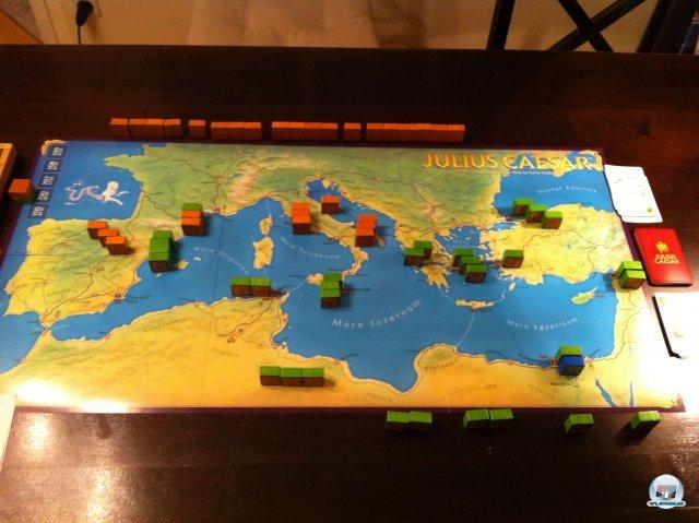 Rote Blöcke für Caesar im  Norden, grüne Blöcke für Pompeius im Süden: Nach der Startaufstellung scheint caesar zunächst im nachteil.