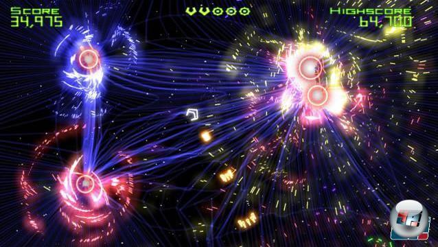 Geometry Wars Retro/Evolved<br><br>  Der Kampf gegen die Invasion der Vielecke tauchte zuerst in Project Gotham Racing 2 auf. Wer ein wenig durch die Garage lief, fand schnell den in der Ecke stehenden Automaten – und kam so schnell nicht wieder dazu, sich auf die Rennpiste zu begeben. Anders als bei Robotron gibt es nur einen Level, in dem ihr immer mehr geometrische Figuren mit eurem Laser in bunte Partikel-Wolken verwandelt und versucht, euren Highscore in die Höhe zu treiben. Auf dem Bild seht ihr den Nachfolger für Xbox Live Arcade, der sich zum echten Süchtigmacher und Kassenschlager entwickelt hat. In der Retro-Version spielt ihr das Original. In der Evolved genannten, überarbeiteten Fassung hat die Gravitation eine starke Auswirkung auf eure Bewegungen sowie auf die der zahlreichen Gegner und Projektile. Für Wii und DS befinden sich zwei weitere Teile in der Entwicklung. Den neuen Ableger Geometry Wars: Waves soll es nur als exklusive Zugabe zu Project Gotham Racing 4 geben. Wer sich das Rennspiel nicht kauft, geht diesmal leer aus. 1716792