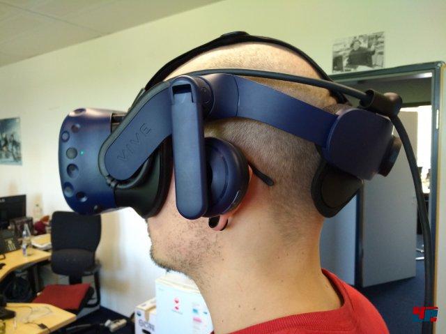 Paradox: Mit einem Gewicht von stattlichen 1.018 Gramm (alte Vive: 766 Gramm) ist die Vive Pro ein echtes Schwergewicht. Die Last wird aber derart gut verteilt, dass es auf Dauer deutlich bequemer bleibt als bei anderen Headsets.