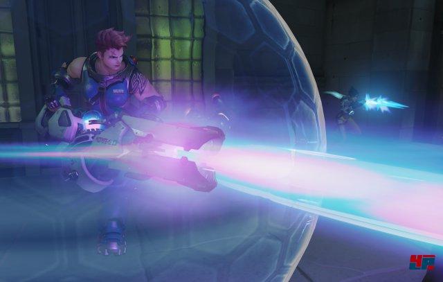 Nicht nur Reinhardt kann ein Kraftfeld projizieren, auch Zarya kann mit ihrer Partikelkanone eine Barriere erzeugen.