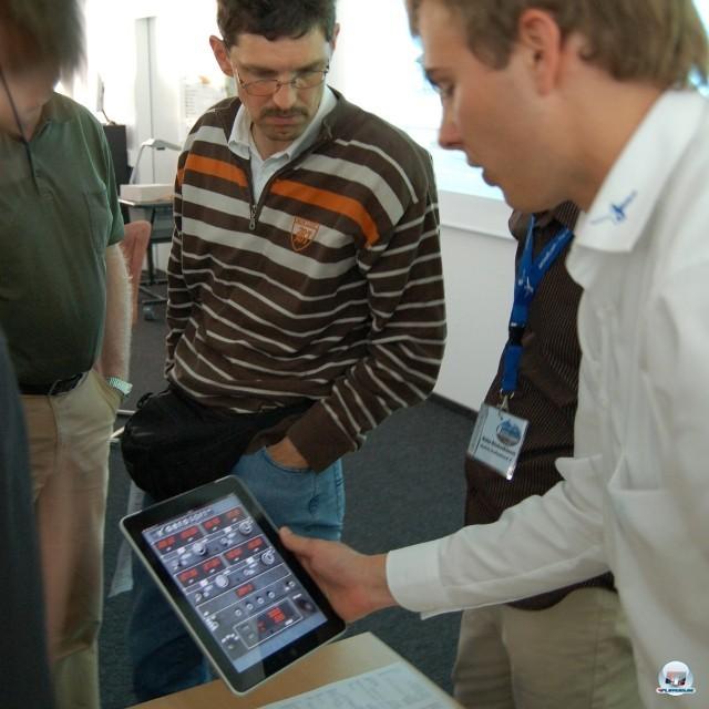 <b>RadioStackX</b> <br><br>  Auch vor Apples Handheld-Flotte machen die Add-Ons nicht halt: Mit der im Juli ver�ffentlichten App RadioStackX von Aerosoft k�nnen Simulations-Fans ihre mit Instrumenten �berfrachtete Bildschirme entlasten und den Funkverkehr bequem auf dem iPad managen. Das Ger�t kann nach eigenem Gusto hochkant oder quer neben den heimischen PC gestellt werden. Die App legt das Radio Stack auf den Touchscreen und soll sp�ter auch die Konkurrenz-Simulation X-Plane 10 unterst�tzen. 2241072