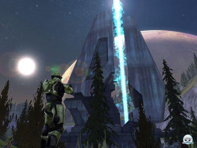 <b>Halo: Combat Evolved (Xbox, 2001)</b> <br><br> Frühe Xbox-Käufer freuten sich natürlich umso mehr über ihre Extrawurst: Erstmals gab es auf der Konsole Massenschlachten in offener Landschaft, zahlreiche Fahrzeuge und eine richtig geschmeidige Dual-Stick-Steuerung. Außerdem stellten die Gegner sich im Zweikampf deutlich cleverer an als die Genre-Konkurrenz. Zu Beginn ist die Story um den menschlichen Superkrieger Master Chief und seinen Kampf gegen die Invasoren simpel gestrickt. Später erfährt man aber, dass die Aliens bei weitem nicht so geschlossen auftreten wie vermutet. 2288667