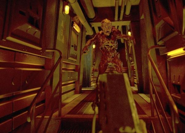 Doom (2005)<br><br>Die Idee, die im Spielebereich schon ewig bekannte Ego-Perspektive auch im Film zu nutzen, gab es schon vor Doom - Alfred Hitchcock nutzte diese dramatische Ansicht bereits 1945 für seinen Streifen »Spellbound« (dt. »Ich kämpfe um dich«). Damals wie heute ein beeindruckender Anblick. Doch während es Hitchcock schaffte, auch außerhalb dieser Szene einen packenden Film zu schaffen, bleibt diese Sequenz das einsame Highlight der sonst in fast jeder Hinsicht trostlosen Doom-Verfilmung. 1723078