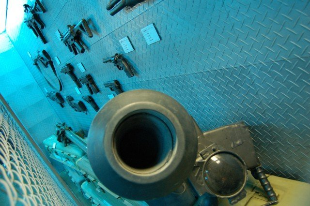<b>Es leuchtet blau.</b>  <br><br>  In der Armory kamen Waffen-Nerds auf ihre Kosten: An den Wänden konnte das Arsenal aus diversen Call of Duty-Teilen in Realgröße begutachtet werden. 2261172