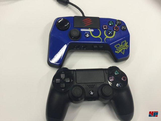 Im Vergleich zum Standard-Pad der PS4 ist das FightPad Pro etwas breiter, liegt aber dennoch ordentlich in der Hand.