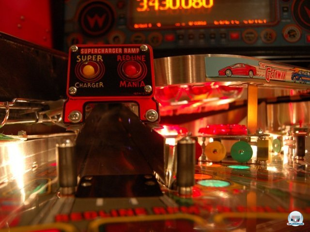 <b>Ab die Post</b> <br><br>  Das Runde muss ins Eckige: Eine Rampe von Williams The Getaway (1992) in Nahaufnahme. Als wir die Glasscheibe für ein Foto aus dem Gerät genommen hatten, ratterten die Flipper und Bumper gleich doppelt so gewaltig. Als eine Weile lang nichts passierte, dachte der Automat, die Kugel würde feststecken und klopfte von unten das komplette Spielfeld ab. 2307747