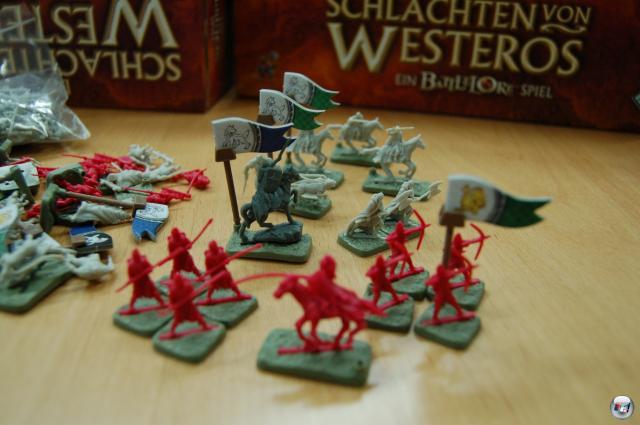 """138 Plastikfiguren der beiden verfeindeten Häuser """"Lannister"""" und """"Stark"""" sind enthalten: Man muss sie vor dem Spiel in die grünen Basen stecken - was nicht immer auf Anhieb hält."""