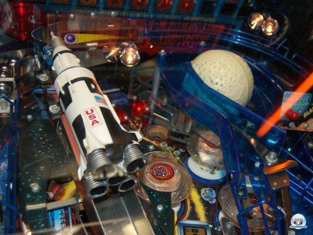 <b>Multiball-Wahnsinn</b> <br><br>  Im gleichen Raum steht auch Apollo 13 (1995) von Sega. Früher war der Sonic-Konzern auch im Bereich von Pinball-Tischen, Elektro-Schießbuden und anderer Jahrmarkts-Technik aktiv. Der Name ist bei diesem Tisch Programm: Bis zu 13 Kugeln flitzen beim Multiball gleichzeitig über das aufwändig gestaltete Spielfeld - das ist weltweiter Pinball-Rekord. Beim Countdown richtet sich außerdem mit viel Getöse die links angebrachte Rakete auf. 2307702