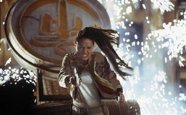 Tomb Raider: The Cradle of Life (2003)<br><br>Die erste Tomb Raider-Verfilmung von 2001 war prima. Angelina Jolie hat ihre Lippen vielleicht ein paar Mal zu oft leicht geöffnet vor sich her getragen, nichtsdestotrotz lieferte der Streifen brauchbare Unterhaltung. Berauscht von diesem auch an der Kinokasse einschlagenden Erfolg musste der Nachfolger, Hollywood-Gesetz ist Hollywood-Gesetz, natürlich größer, besser, toller, lauter sein. Das Ergebnis: Mehr leicht geöffnete Lippen und ein Flop in jeder Hinsicht. Immerhin befand sich der Film damit in guter Gesellschaft: Das im selben Jahr veröffentlichte Spiel Tomb Raider: The Angel of Darkness war ebenfalls Dreck.<br><br>Auch in naher bis mittelferner Zukunft werden wir nicht von Filmumsetzungen verschont bleiben - im Gegenteil: Mehr als 40 Filme befinden sich derzeit entweder in Planung oder Produktion, darunter Verzelluloidungen von Doom 2, Alone in the Dark 2, Far Cry, Everquest, God of War, Kane & Lynch, Max Payne und Soul Calibur. Wer weiß, vielleicht ist da ja etwas brauchbares dabei? 1723079