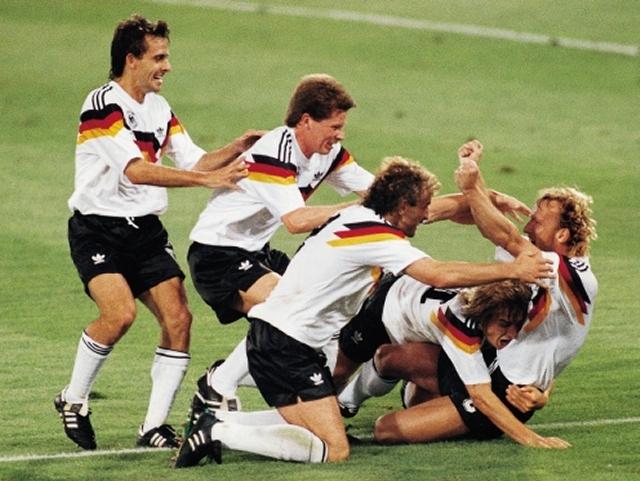 <b>FIFA-Weltmeisterschaft in Italien</b><br><br>8. Juli 1990, Stadio Olimpico in Rom, Deutschland gegen Argentinien, 85. Minute. Nachdem Rudi Völler im Strafraum von Roberto Sensini gefoult wurde, holt Andi Brehme mit dem danach folgenden 1:0-Elfmeter die Weltmeisterschaft für Deutschland nach Hause. Juchei. Wie auch heute noch gewohnt, zieht ein derartiges Event natürlich einen Haufen offizieller und weniger offizieller Spiele nach sich, deren einzige Qualität oft genug darin bestand, ein brauchbarer Fußball-Ersatz zu sein, falls gerade kein rundes Objekt in der Nähe war. Reden wir nicht darüber. 1861398